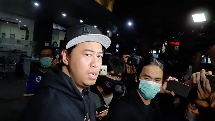 VIDEO: Pandji Pragiwaksono Tidak Sanggup Komentar Saat Melayat Glenn Fredly