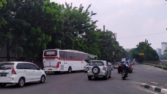 Bikin Macet, Pengendara Jalan Keluhkan Bus AKAP Ngetem di Pondok Pinang