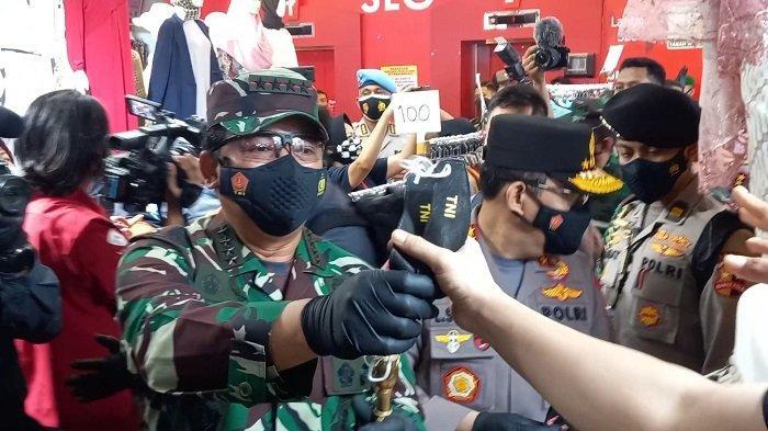 Panglim TNI dan Kapolri ke pasar Tanah Abang, Bagi-bagi Masker Sambil Ingatkan Protokol Kesehatan