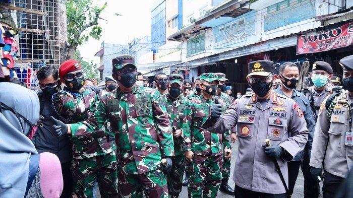 Panglima TNI dan Kapolri Bagikan Masker di Pasar Tanah Abang Sambil Pantau Protokol Kesehatan