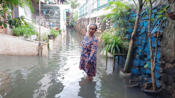 Banjir Landa Permukiman Warga Kebon Jeruk, Satu RT Masih Terisolir dengan Kedalaman Air Semeter