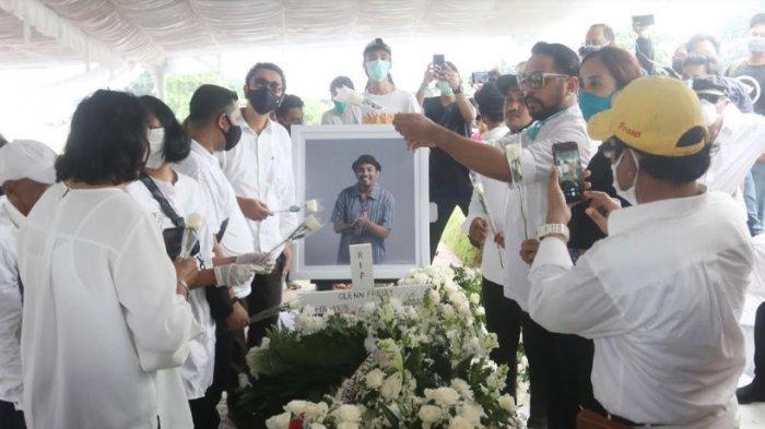 Sepekan Setelah Dikuburkan, Makam Glenn Fredly Masih Ramai Dikunjungi Peziarah, Mutia Ayu Cium Nisan