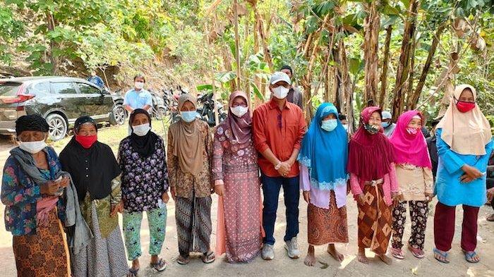 Para lansia di Kabupaten Gunung Kidul mendapatkan bantuan dari para goweser di Klaten, Minggu (22/8/2021)