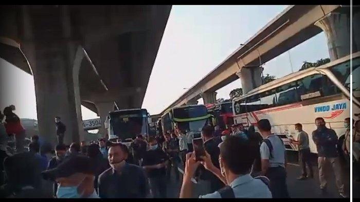 Viral Video Ratusan Pekerja Protes Penutupan GT Cikarang Barat Saat Penyekatan Jalur Mudik