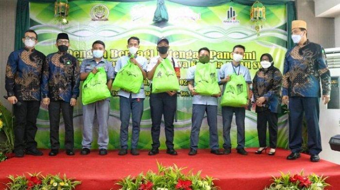 Para pekerja outsourcing Kalibata City menerima bantuan paket sembako