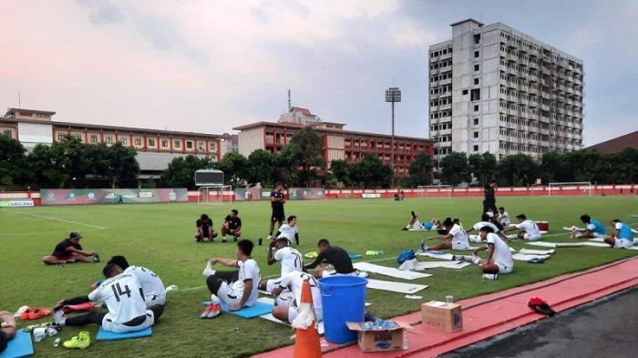 Para pemain Bhayangkara FC saat melakukan pendinginan usai menjalani latihan sore di Stadion PTIK, Kebayoran Baru, Jakarta, Senin (7/9/2020).