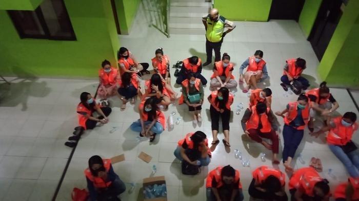 Para terapis dan karyawan Delta Spa and Lounge BSD City saat terjaring razia PSBB Kota Tangsel.