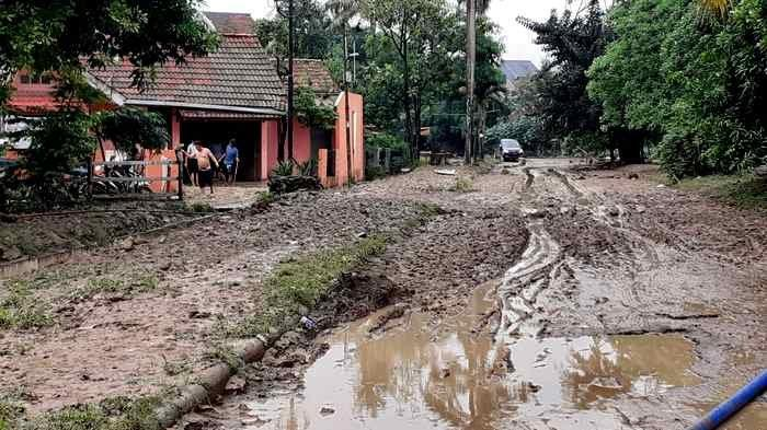 UPDATE Parah Lumpur Pasca Banjir di Perum Pondok Mitra Lestari Bekasi Masih Tebal Setinggi Betis