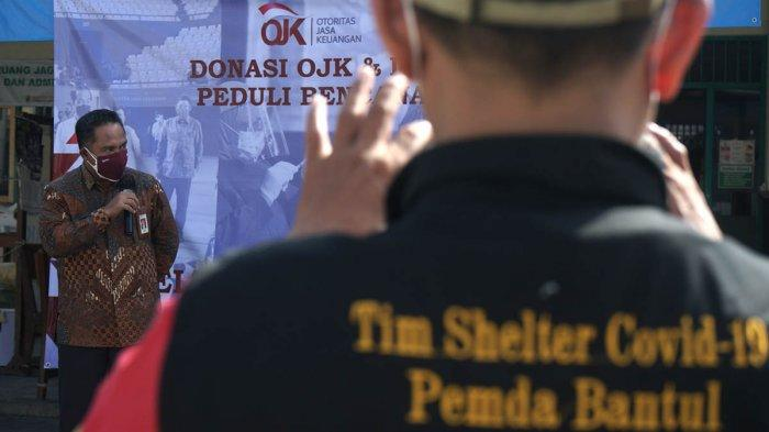 Kepala OJK Daerah Istimewa Yogyakarta (DIY) Parjiman memberikan pemaparan saat penyaluran bantuan OJK untuk penanganan COVID-19 di Shelter Tangguh COVID-19 RS Patmasuri, Panggungharjo, Sewon, Bantul, D.I Yogyakarta, Rabu (21/7/2021).