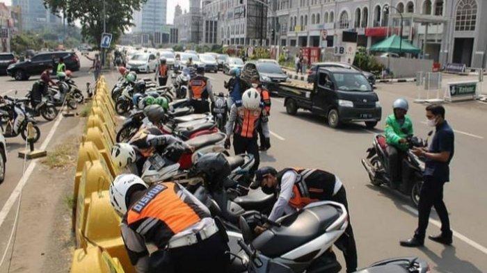 Puluhan Motor di Kelapa Gading Dikenakan Sanksi Cabut Pentil karena Parkir Liar