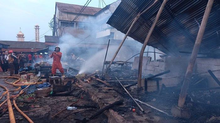 Kios dan lapak pedagang di Pasar Kebon Melati, Jalan Sabeni RT 001/02, Kebon Melati, Tanah Abang, Jakarta Pusat, hangus terbakar, Kamis (8/4/2021). Penyebab kebakaran diduga korsleting listrik dari salah satu kios pedagang.