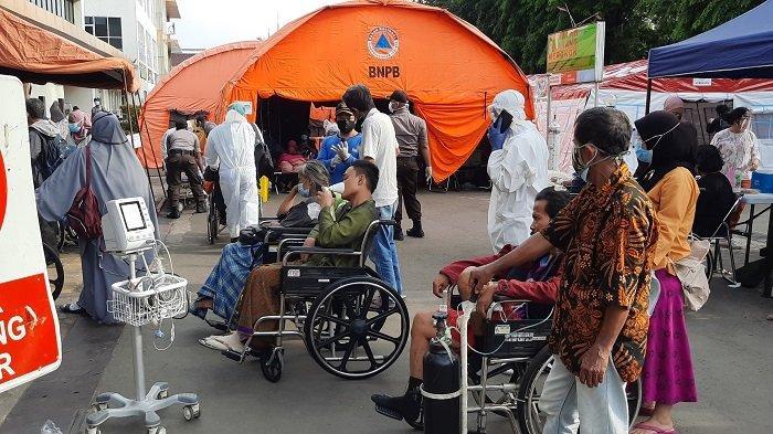Tunggu Kepastian Ruang Perawatan Ada yang Kosong, Para Pasien RSUD Bekasi Menanti di Kursi Roda