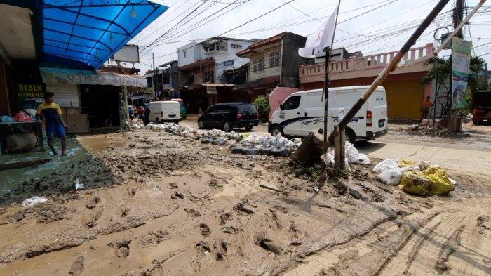 Sekretaris RW 10 Perum PGP Belum Tidur Sejak Kemarin Usai Bagi BST Berjibaku Bersihkan Lumpur Banjir