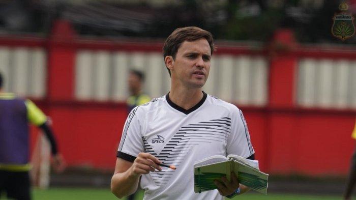 Pelatih Bhayangkara FC, Paul Munster saat memimpin latihan Bhayangkara FC di Stadion PTIK, Jakarta, Selasa (18/2/2020).