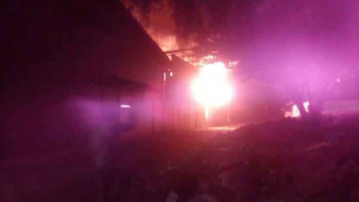 Api Menjalar dan Melahap Pabrik Payung di Sukmajaya