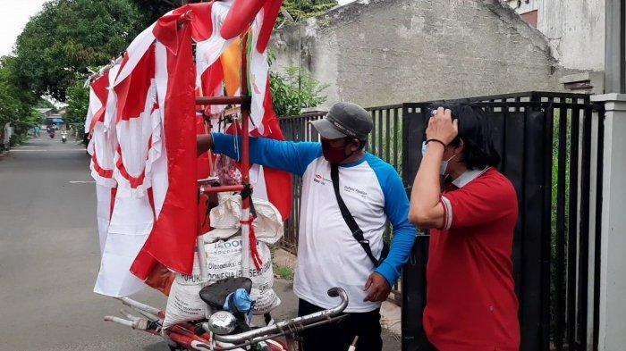 Setiap Agustus, Petani Cirebon Ini Beralih Jadi Pedagang Bendera di Tangsel, Omzetnya Menggiurkan