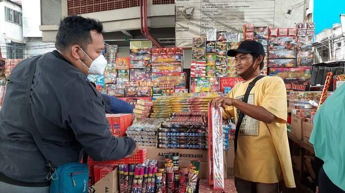 Geliat Pernak-pernik Tahun Baru di Asemka Mulai Terasa, Omzet Pedagang Turun
