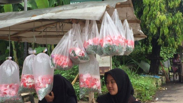 Pedagang Kembang di TPU Pondok Rajeg Pilih Jualan Saat Musim Ziarah Lumayan Sehari Dapat Rp 300 Ribu