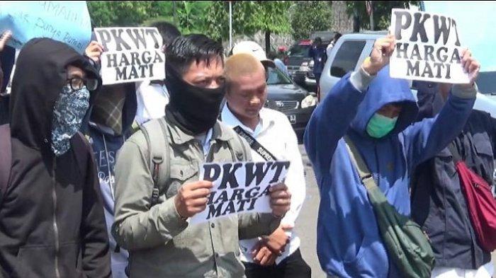 Pegawai Magang Gelar Aksi di Kantor PT TransJakarta, Tuntut Janji Diangkat sebagai PKWT