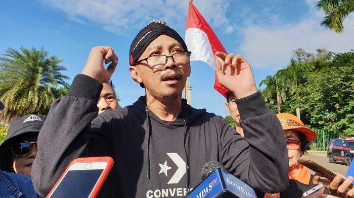 Pegiat media sosial, Permadi Arya alias Abu Janda, mengikuti aksi demo menuntut Gubernur DKI Jakarta Anies Baswedan mundur karena gagal mengatasi banjir di Jakarta, Selasa (14/1/2020). Unjuk rasa berlangsung di kawasan Monas, Jakarta Pusat.