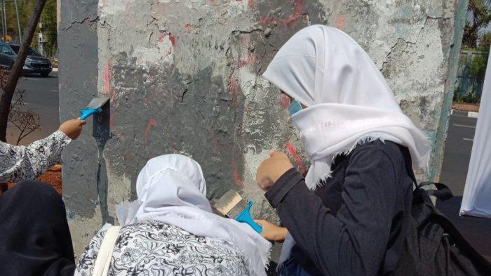Mahasiswa dan Pelajar Bersihkan Coretan Bekas Kerusuhan di Kawasan Senayan