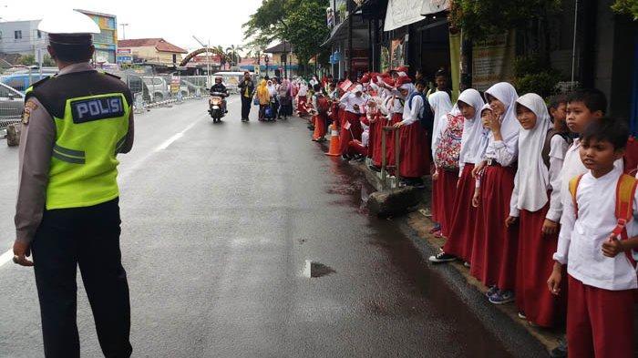 Pelajar dan Warga Bekasi Menunggu Sejak Pukul 10.30 WIB, Hingga Pukul 11.30 Jokowi Tak Kunjung Tiba