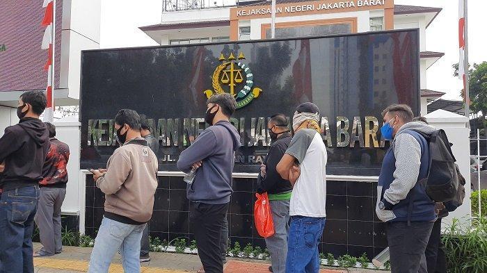 Tidak Paham Soal Tilang Online, Sugiono Rela Antre Dua Kilometer di Kejaksaan Negeri Jakarta Barat
