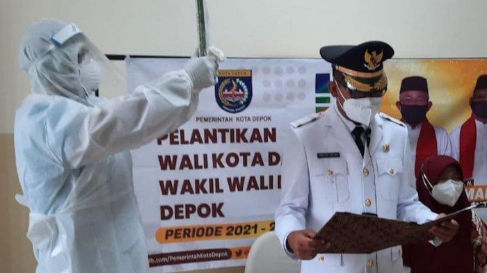 Wakil Wali Kota Depok Imam Budi Hartono saat proses pengambilan sumpah jabatan secara virtual di rumah sakit di Kota Depok, Jawa Barat, Jumat (26/2/2021)