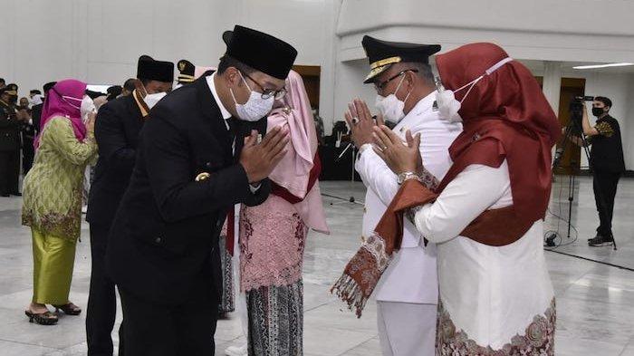 Tampak Gubernur Ridwan Kamil menyalami Wali Kota Depok terpilih Mohammad Idris usai pelantikan, Jumat (26/2/2021)