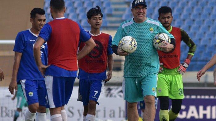Pelatih Persib Bandung Robert Alberts Berencana Rotasi Pemain untuk Jaga Keseimbangan Timnya