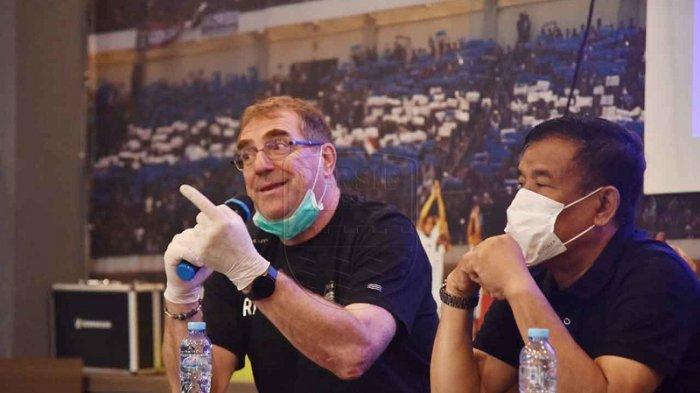 Robert Alberts Tetap Berkomitmen Melatih Persib Bandung