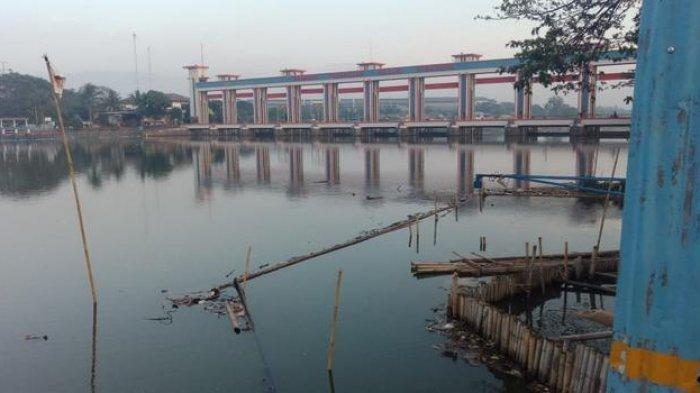 Pelayanan Air di Tangerang Menghitam Berlumut Imbas Surutnya Cisadane