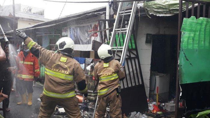 Akses Jalan Sempit, Petugas Pemadam Kesulitan Tembus Lokasi Kebakaran di Kelapa Dua Wetan Ciracas