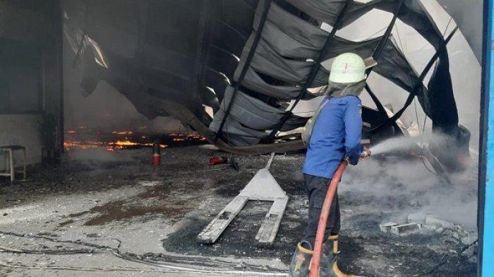 Kebakaran Hebat Melanda Pabrik Busa di Kawasan Cikupa Mas Tangerang