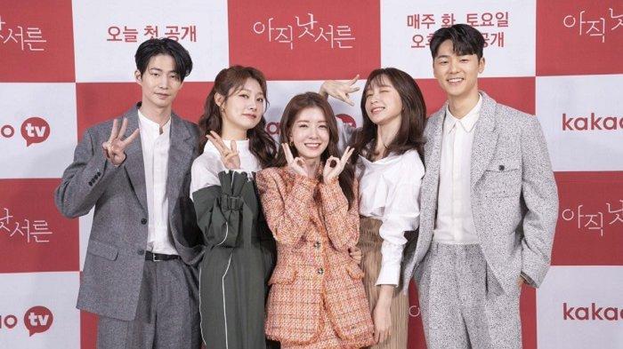 Para pemeran drama Korea How To Be Thirty, Jung In Sun, Song Jae Rim, Kang Min Hyuk, Cha Min Ji, dan Hani Exid.