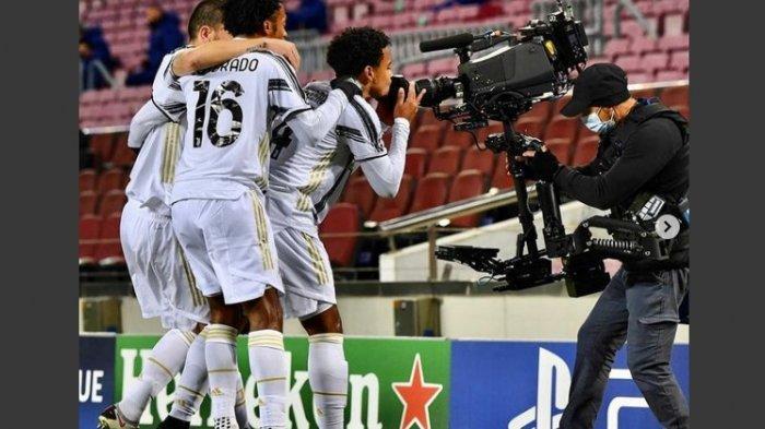 Ilustrasi: Pemain Juventus Cuadrado saat merayakan kemenangan di depan kameramen di pinggir lapangan bersama kawan-kawannya. Melawan Fiorentina pagi ini, Coadrado diusir wasit dan Juventus tertinggal 0-1 lawan Fiorentina.