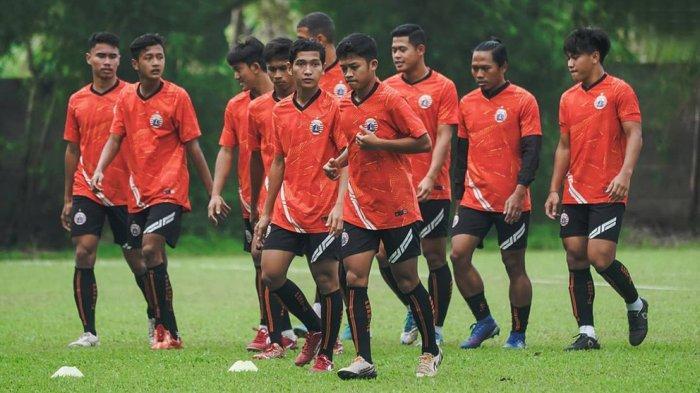Para pemain muda Persija Jakarta berlatih bersama pemain senior di Sawangan, Depok. Pada kompetisi Liga 1 musim 2021/2022 ini manajemen Persija berani memasukan pemain muda ke skuad utama