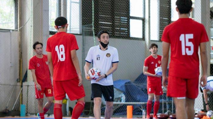 Pelatih Timnas Futsal Indonesia, Kensuke Takahashi, sedag melatih para pemain di Baskhara Futsal Arena, Surabaya, Jawa Timur.