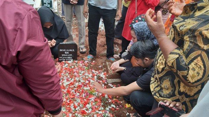 Ibunda Berkali-kali Pingsan Saat Pemakaman, Tangis Iringi Kepergian Akbar Alamsyah