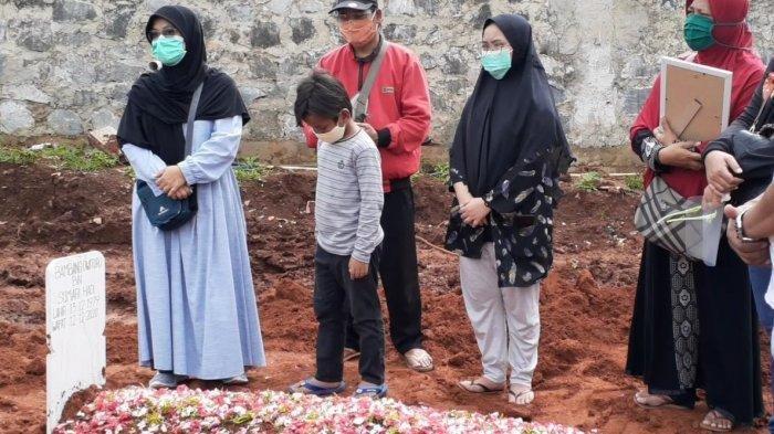 Makam almarhum Ketua KPU Tangsel Bambang Dwitoro di TPU Jombang, Ciputat, Sabtu (12/12/2020).
