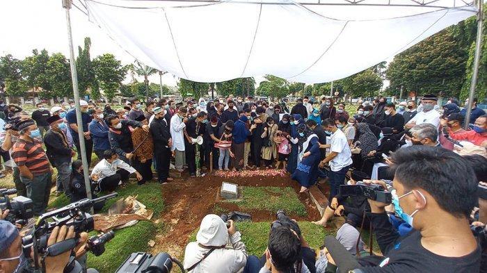 Suasana pemakaman Markis Kido pebulutangkis peraih medali emas Olimpiade Beijing 2008 di TPU Kebon Nanas, Cipinang Besar, Jakarta Timur, Selasa (15/6/2021) pagi