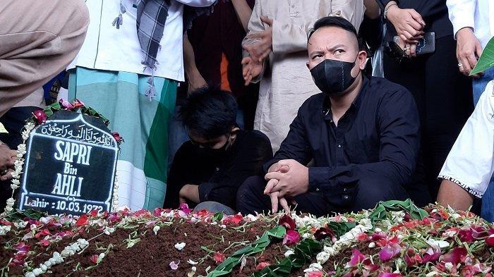 Vicky Prastyo saat pemakaman komedian Sapri Santun, Senin (11/5/2021).