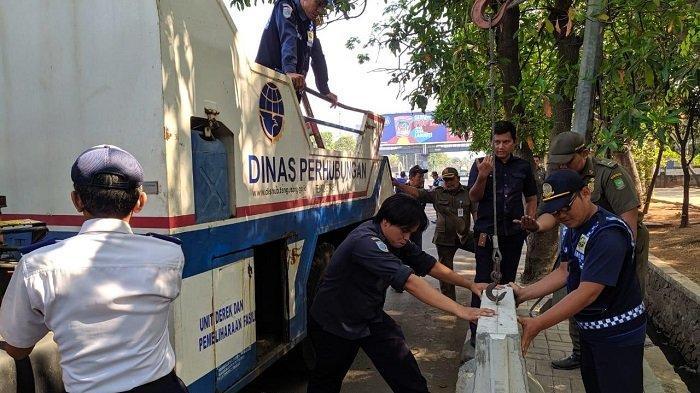 Dimanfaatkan PKL dan Parkir Liar, Petugas Gabungan Kota Tangerang Pasang Barier Beton