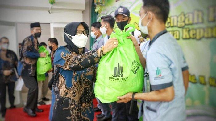 Ringankan Beban Harian Jelang Ramadhan, Pengelola Kalibata City Bagikan Ribuan Paket Sembako
