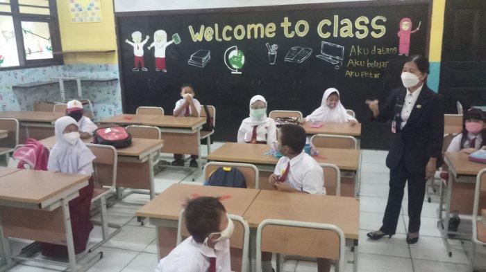 FOTO : Pembelajaran Tatap Muka di SD Negeri Cipulir 03 Pagi Terapkan Prokes yang Ketat