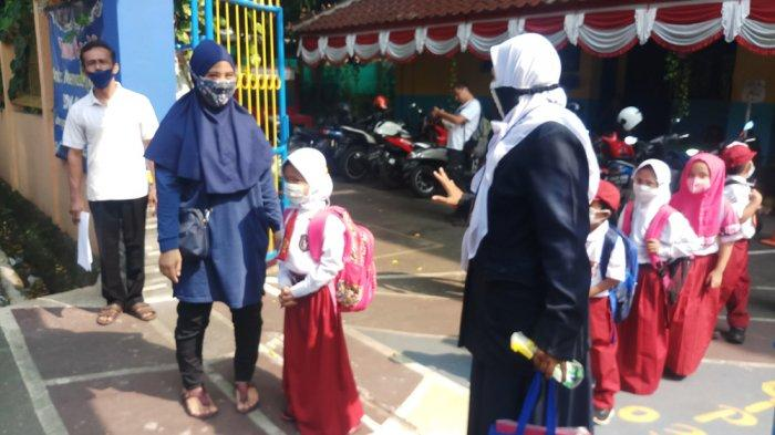 Suasana hari pertama pembelajaran tatap muka (PTM) di SD Negeri Cipulir 03 pagi, Kebayoran Lama, Jakarta Selatan, berjalan tertib dan.lancar serta diwarnai antusias para siswa.