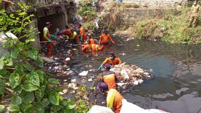 Viral di Media Sosial, Puluhan Petugas Diterjunkan Bersihkan Tumpukan Sampah di Kali Busa Tambun