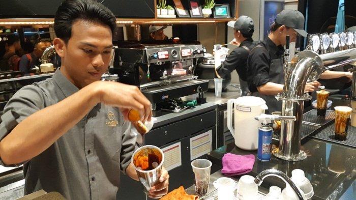 Pembuatan menu minuman di gerai Chatime Atealier di Cilandak Town Square, Jakarta.