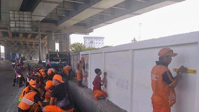 Punya Bakat, Anggota PPSU Kalibaru Diberdayakan Bikin Lukisan Mural Meriahkan HUT Kota Jakarta