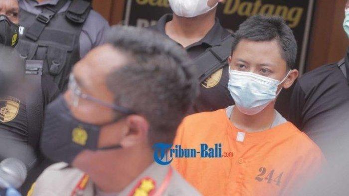 Anggota Kepolisian membawa Wahyu Dwi Setiawan, Tersangka kasus pembunuhan di homestay Batanghari saat konferensi Pers di Dit Reskrimum Polda Bali, Denpasar, Senin 15 Februari 2021. Pelaku pembunuhan gadis asal subang ini ditangkap di rumah mertuanya kota Jember.